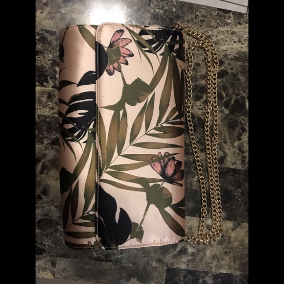 H&M Handbags - 🌺H&M satin clutch bag with floral print